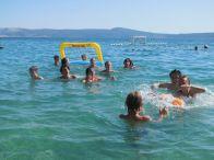 Děti hrající hry v moři